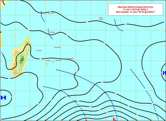 Analyse de la situation de surface cet après midi. L'anticylone(H) au Sud Sud-Ouest de MADA se rapproche lentement de note région. MMS