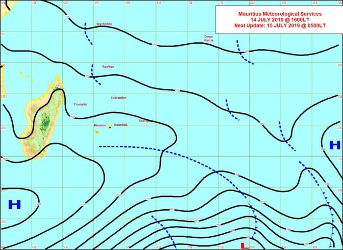 Analyse de la situation de surface cet après midi. La limite d'un système frontal s'approche par le sud des Iles Soeurs suivie par un anticyclone. MMS