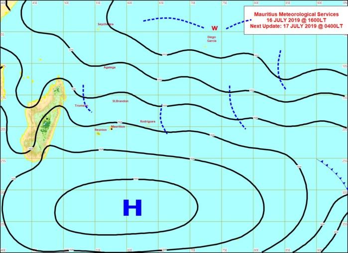 Analyse de la situation de surface cet après midi. L'anticyclone(H) ancré au Sud des Mascareignes domine les débats. Un peu plus d'humidité à proximité des Mascareignes(lignes en pointillés). MMS