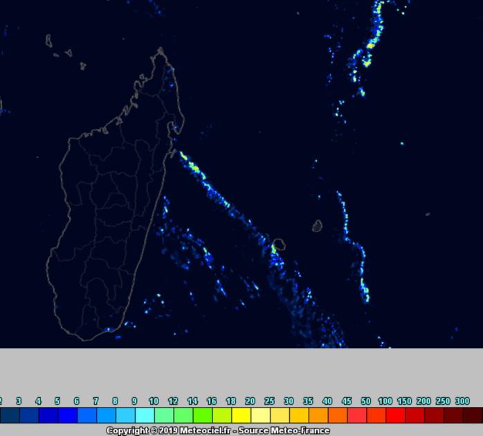 En cours de nuit de Dimanche à Lundi les pluies du système frontal s'approchent par le Sud-Ouest des côtes réunionnaises. Arome. METEO FRANCE.