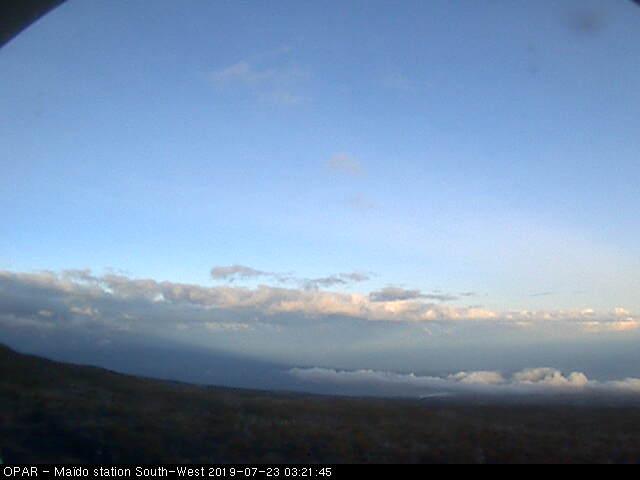 7h21: du Maïdo on peut voir les nuages qui remontent jusqu'au littoral Sud-Ouest ce matin. METEO REUNION
