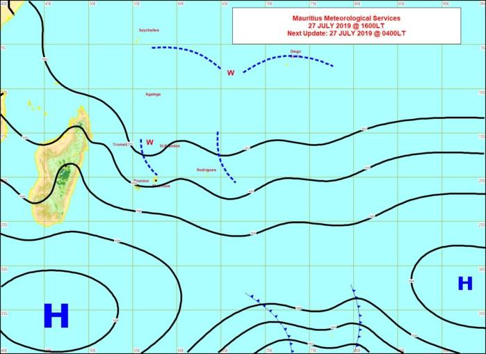 Analyse de surface cet après midi. L'humidité chariée par les alizés est matérialisée par les lignes en pointillés à proximité des Mascareignes. MMS