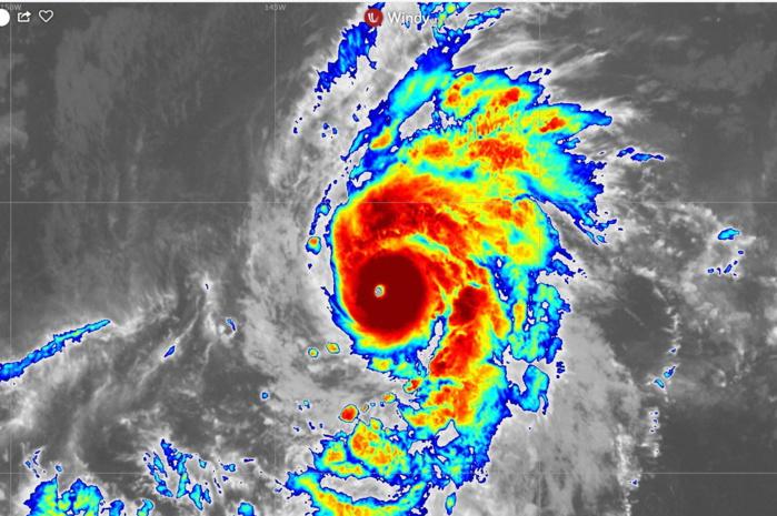 Photo satellite 20heures. Le coeur du cyclone est à présent bien organisé avec un oeil bien défini qui se réchauffe. L'ouragan s'intensifie encore.
