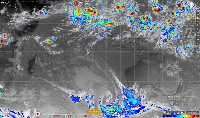 12h30: image composite des océans indien et pacifique. Pas de nuages actifs sur la zone des Mascareignes.