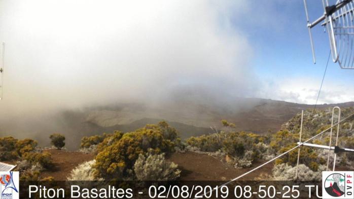 12h50: le ciel du volcan est variable aujourd'hui mais de belles éclaircies sont notées. METEO REUNION(MR)