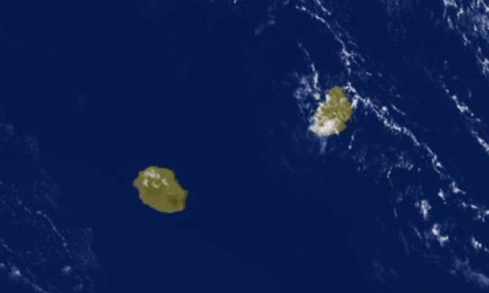 13h15: masse d'air sèche entre les Iles Soeurs. Les sommets de la Réunion sont parfaitement dégagés.