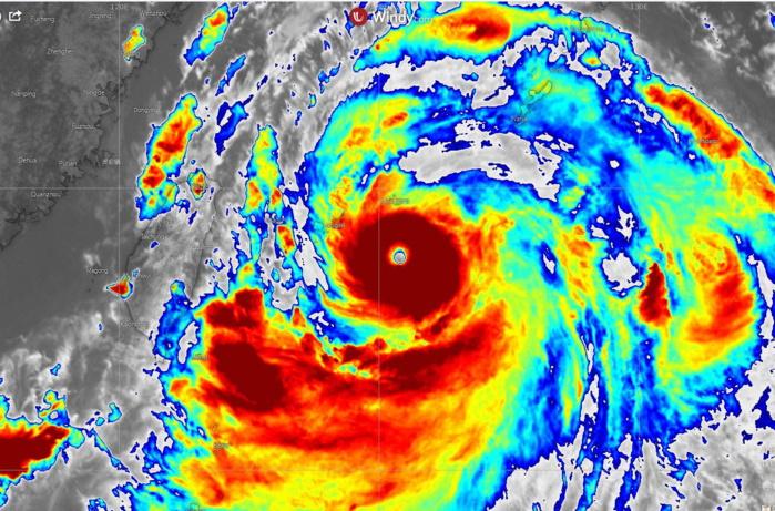 08/06h45 temps universel. Le coeur du cyclone est compacte. Le peit oeil est bien suivi en par les radars.