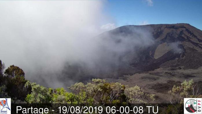 10h05: les nuages gagnent du terrain au volcan. METEO REUNION