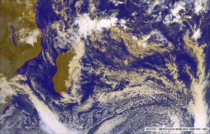 Belle image satellite de 10heures ce matin. Mélange des canaux visible et infra-rouge. Nombreux nuages d'alizé dans le voisinage des Iles Soeurs. La côte orientale malgache est bien prise d'assault comme souvent en hiver. De l'activité également entre le Nord de MADA et les îles Agalega où des averses orageuses ont été observées il y a deux jours. Plus au au Sud un système frontal est en approche du Sud malgache. MTOTEC