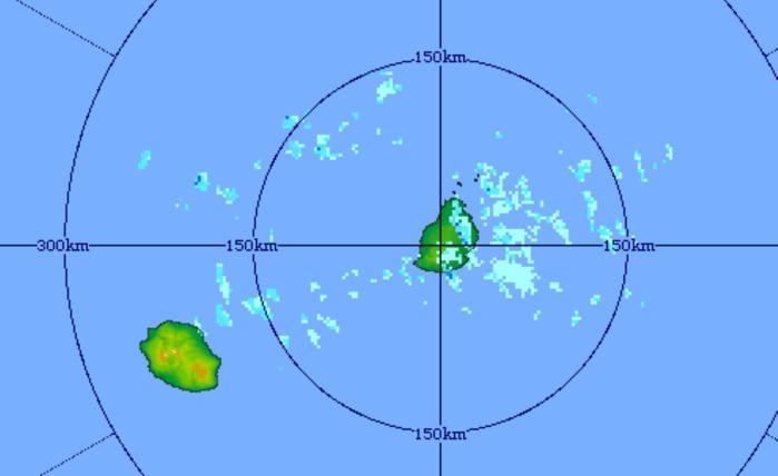 Image radar de 20h51. Des averses faibles à modérées touchent Maurice et circulent vers l'Ouest en direction de la Réunion. MMS