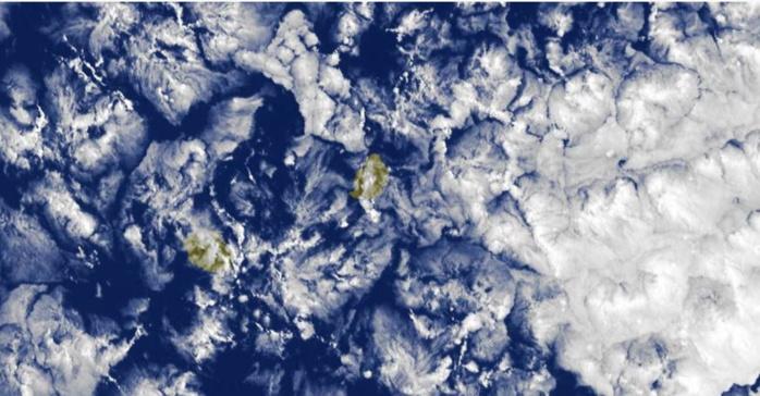 8h30: nombreux nuages d'alizé peu actifs sur la zone des Iles Soeurs. Ces nuages au contact de nos reliefs peuvent donner quelques averses notamment le matin et dans la nuit.