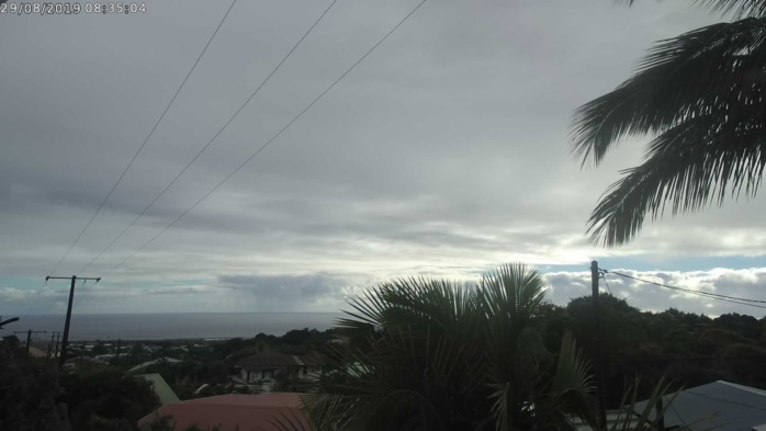 Ciel encore variable avec des averses dans les hauts sur le Nord ce matin. Des éclaircies se développent en matinée. METEO REUNION