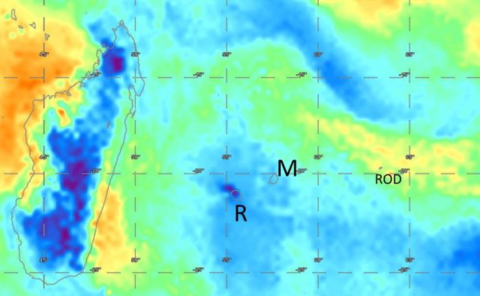 La Réunion se situe toujours dans une zone de temps sec(bleu et bleu foncé). Relativement sec sur Maurice mais avec des averses matinales et sensiblement plus humide sur Rodrigues.