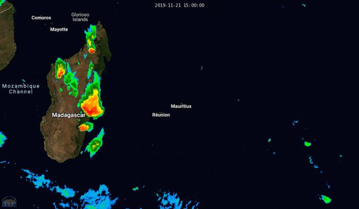 Animation de la nuit jusqu'à 6 heures ce matin. Les orages sur la Grande Ile sont bien visibles tout comme le système frontal à caractère orageux au Sud-Ouest de la Réunion.