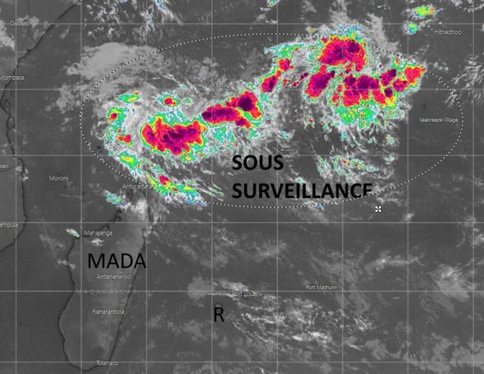 Au sein de la vaste zone de basses pressions délimitée sur cette image deux zones supectes 91S et 92S sont suivies. L'activité cyclonique pourrait démarrer cette semaine.