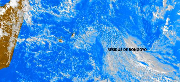 Des nuages charriés par les alizés abordent les régions orientales des ILES SOEURS cette nuit et demain matin. Les résidus de BONGOYO sur la droite de l'image satellite traversent RODRIGUES d'Est en Ouest.