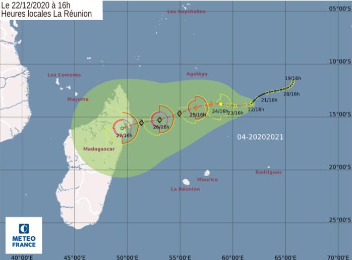 3è carte de prévisions de trajectoire et d'intensité émise par Météo France/Réunion. Une trajectoire orientée vers la côte Nord-Est de MADA reste la plus plausible. CMRS