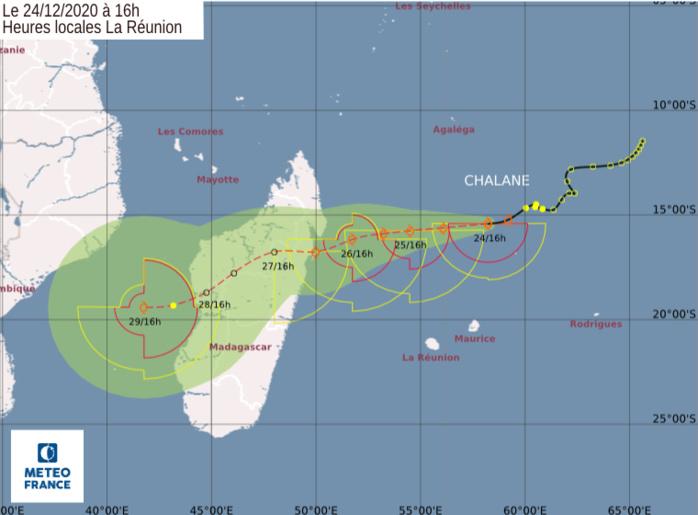 Prévisions de trajectoire et d'intensité émises par le CMRS/Réunion à 16heures ce Jeudi 24. Météo France Océan Indien.