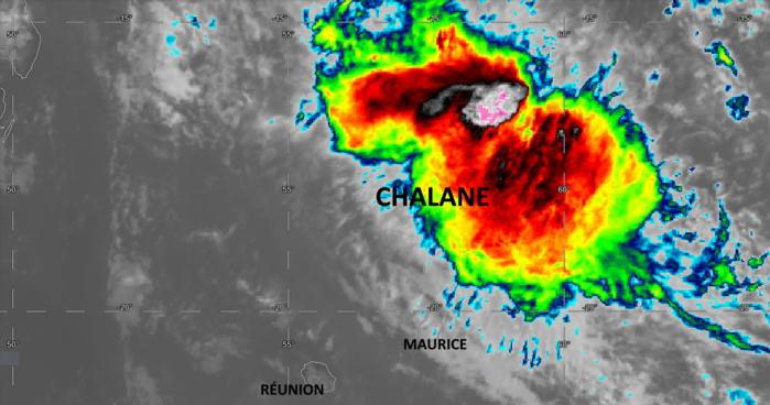 Météosat-8 à 16heures ce Jeudi 24. Des nuages modérément actifs sont proches de MAURICE. Les pluies cycloniques (couleurs vives) sont dans le voisinage de Saint-Brandon.