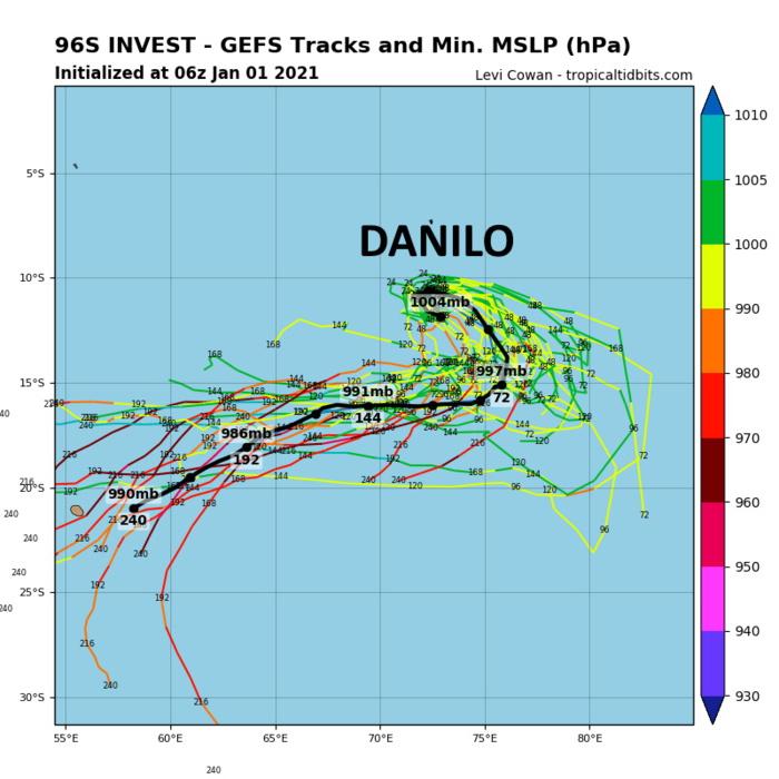 A une échéance supérieure à 5 jours DANILO pourrait commencer à se rapprocher de la zone des Mascareignes. L'incertitude sur l'évolution du phénomène reste importante compte tenu de l'échéance et du fait qu'il va inter-agir avec la zone 93S située 1000km à l'Est. Cette carte réprésente les simulations du modèle GFS à 10heures ce Vendredi.