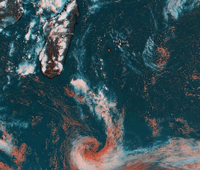07/15H15. Une dépression extra-tropicale circule au Sud de 30°Sud. Une ligne de convergence remonte jusqu'au Sud-Est de la Grande Ile. A l'arrière le flux d'Est Nord-Est circulant sur les ILES SOEURS est localement instable et peut favoriser une activité orageuse. Eumetsat. Enhanced par PH.