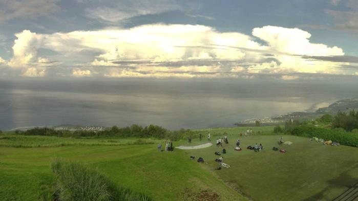 Splendide point de vue depuis les Colimaçons/RÉUNION ce matin à 8h25. Les nuages orageux ceinturaient l'horizon. Spectacle somptueux. MÉTÉO RÉUNION.