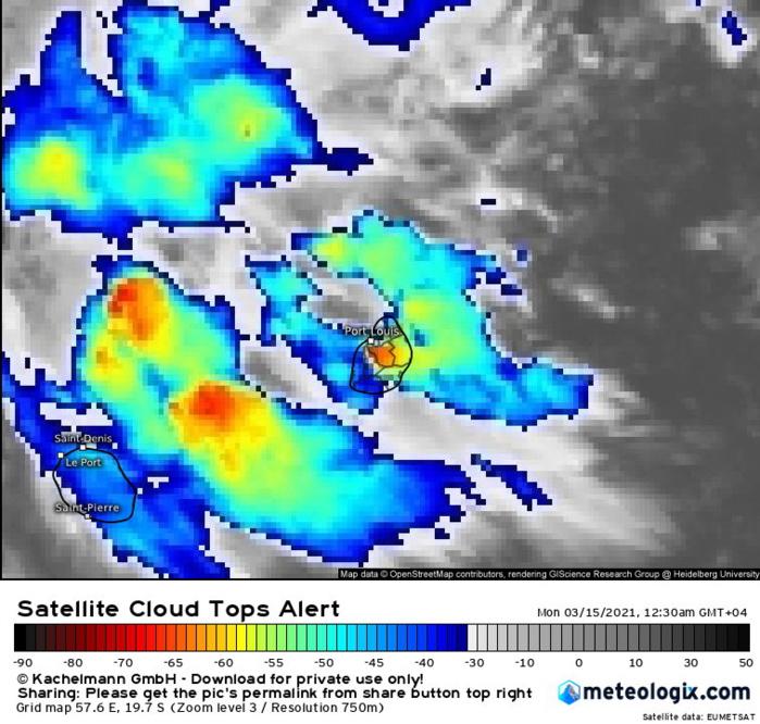 15/00h45. Des nuages modérément actifs traversent MAURICE et lâchent des averses bienvenues. Une bande active transite en mer au large de la RÉUNION. Eumetsat.