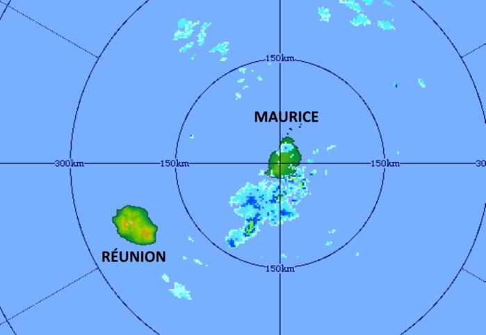 15/11h11. Plan large de l'image précédente. Les pluies orageuses se trouvent au large au Sud de MAURICE avec encore quelques foyers tout près des côtes Sud-Est. MMS/Vacoas