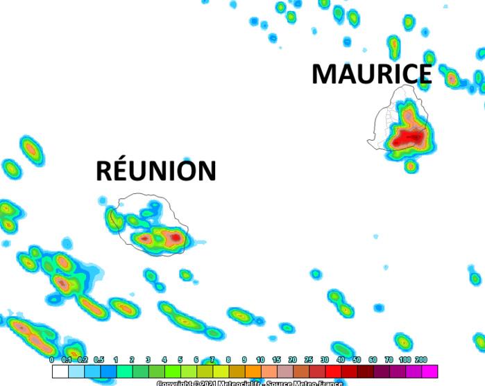 Les régions Sud et Est des ILES SOEURS seront encore les zones les plus exposées au risque de fortes précipitations orageuses Mardi après-midi. Simulation du modèle Arome de Météo France. MCIEL.