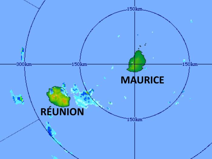Image radar(TAC/Maurice) de 18h41 ce Lundi. Des averses éclatent encore sur le Nord-Est et le Nord-Ouest de la RÉUNION. Le calme est revenu sur MAURICE. MMS/Vacoas.