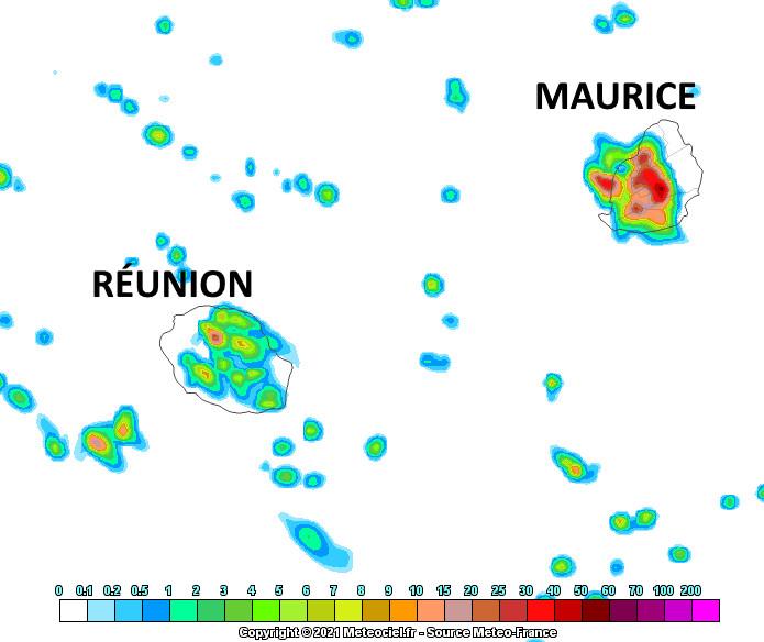 Un vent d'Est se met en place en journée sur la zone des ILES SOEURS. Il devrait aider à décaler sensiblement vers l'Ouest la zone ciblée par les averses estivales de l'après-midi. Localement ces averses seront encore modérées à fortes sur une durée de 1 à 3heures. Modèle Arome de Météo France. MCIEL.