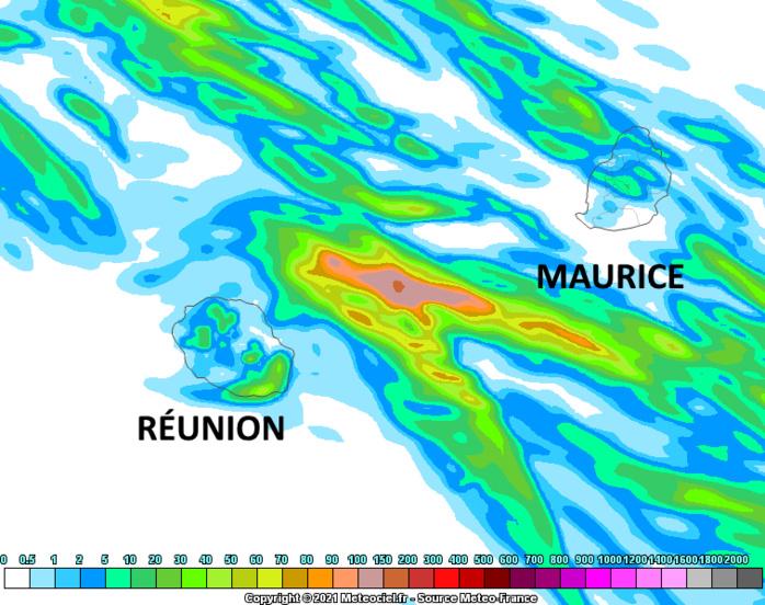 Des averses passagères sont attendues cette nuit de Jeudi à Vendredi sur le Plateau Central, les régions Est et Sud et temporairement sur la pointe Nord à MAURICE. Vendredi est nettement moins humide et souvent lumineux. A la RÉUNION les averses cette nuit sur le quart Sud-Est ou sur les pentes Est demain après-midi restent anecdotiques. Le modèle Arome simule le maximum d'accumulation de précipitations entre les ILES SOEURS sous l'effet de l'instabilité qui devrait y persister cette nuit. MFRANCE.MCIEL.