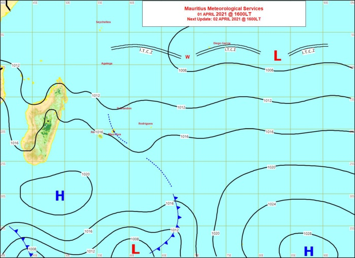 Analyse de la situation de surface à 16heures ce Jeudi. Une ligne d'instabilité aborde MAURICE par l'Est. La cellule de hautes pressions(H) fait circuler des alizés modérés à assez forts sur la RÉUNION. RODRIGUES se trouve dans une zone calme. Loin au Nord-Est des Mascareignes la zone de basses pressions(L) évolue peu. MMS/Vacoas.