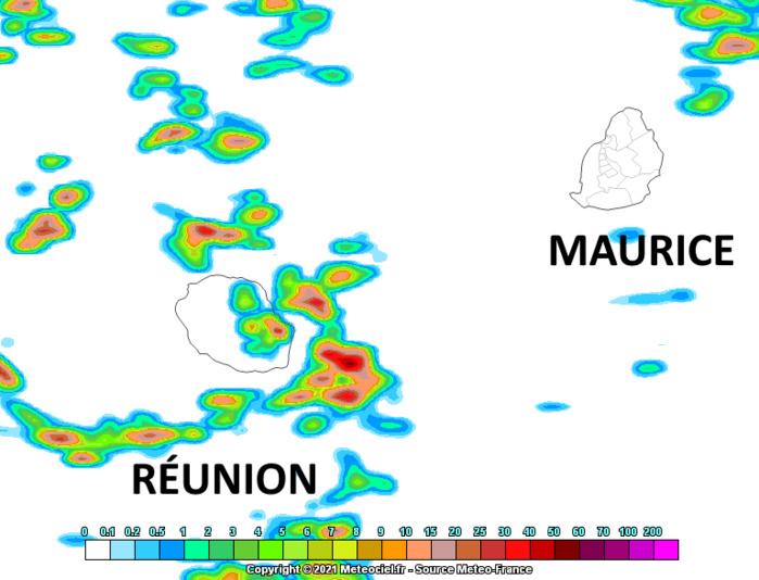 Ls résidus de la ligne d'instabilité situés sur la zone de MAURICE ce Mercredi matin pourraient s'activer quelque peu la nuit prochaine au large de Sainte Rose/RÉUNION. Arome. MFRANCE. MCIEL.