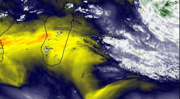 Le temps instable et très humide apparaît se décaler progressivement vers l'Est alors qu'une masse d'air moins humide et moins instable(jaune) gagne du terrain entre MADA et la RÉUNION. Moins humide ne signifie pas sec mais une amélioration sensible du temps est attendue globalement sur les prochaines 24heures pour les ILES SOEURS. En revanche maintien du temps potentiellement instable et pluvieux sur RODRIGUES: Plaine Corail rapporte 73mm en 24heures à 16heures ce Mercredi.WUS.