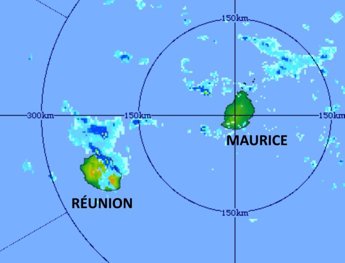 """05h51 ce Vendredi matin. Le Nord et l'Est de la RÉUNION sont """"attaqués"""" par des bandes pluvieuses qui s'activent dans le voisinage de l'île. Radar de TAC. MMS/Vacoas."""