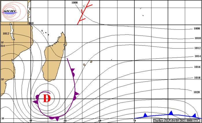 Analyse de surface ce Mardi 04 Mai 2021 à 4heures. La Dépression extra-tropicale est bien signée au Sud de la Grande Ile. Elle se prolonge par une ligne de convergence active qui remonte vers MADA. Les vents sont orientés au Nord-Est sur les ILES SOEURS. Ils s'accélèrent légèrement sur le Nord-Ouest et le Sud-Est de la RÉUNION. Le tracé des isobares montre que le vent est un peu plus orienté à l'Est à RODRIGUES. Superbe carte faite à la main par C.TECHER de MTOTEC.