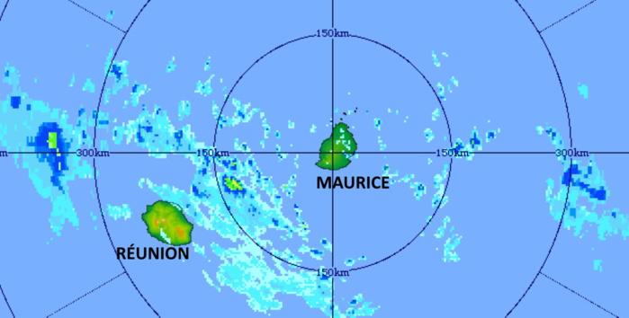 11h31. Radar de TAC. Les nuages les plus actifs se trouvent entre la RÉUNION et MAURICE progressant rapidement vers l'Est Nord-Est. MMS/Vacoas.