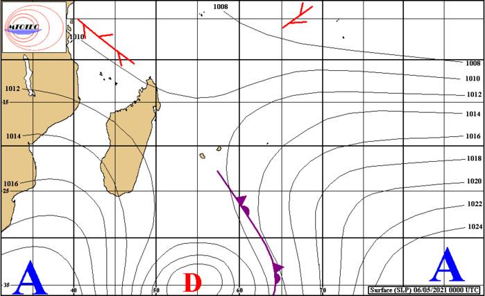 Analyse de la situation de surface ce Jeudi à 4heures. Après le passage du front pluvio-orageux associé à la Dépression extra-tropicale située loin au Sud-Est de MADA, l'anticyclone(A) prend les commandes et dirige un flux de Sud puis de Sud-Est temporairement plus hivernal sur les ILES SOEURS. MTOTEC.