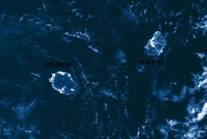 Les ILES SOEURS capturées grâce à l'éclairage lunaire au cours de la nuit du 1 au 2 Mai par le satellite Npp. On distingue bien l'éclairage des zones les plus urbanisées de la RÉUNION et de MAURICE. US/NASA.PH.
