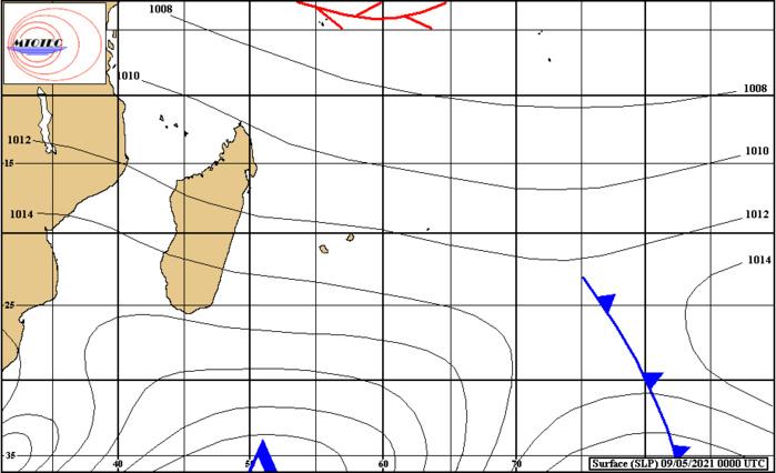 Analyse de la situation de surface ce Dimanche à 4heures. L'anticyclone(1026hpa) centré loin au Sud Sud-Ouest des Mascareignes dirige sur nos ziles un flux de Sud-Est modéré et frais. MTOTEC.