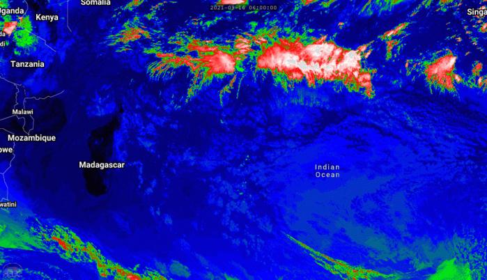 Les nuages actifs sont loin au Nord de nos ziles. Un système frontal remonte par le Sud-Ouest de la Grande Ile. Le faible flux de Nord va réchauffer l'atmosphère en journée sur nos ziles ces deux prochains jours.