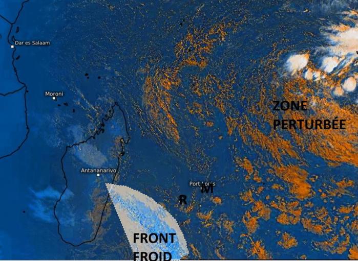 Le front froid assez actif remonte par le Sud-Ouest et passera sur les ILES SOEURS demain Jeudi. La RÉUNION sera la première concernée avec des pluies localement modérées à soutenues principalement dans le Sud-Est. MAURICE est touchée dans la foulée avec des précipitations modérées principalement sur le Sud et le Plateau Central. La Zone Perturbée au Sud-Ouest des Chagos reste loin de nos ziles. PH.