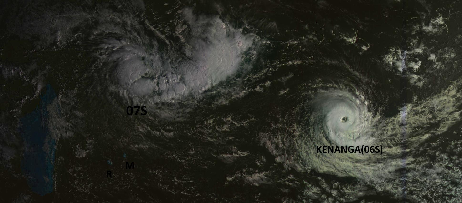 Cliquez sur l'image. Nos deux systèmes capturés ce matin par le satellite géostationnaire russe à 07h30.