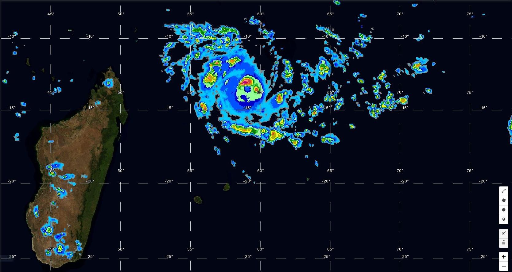 Cliquez sur l'image. Le cyclone n'est plus qu'à quelques heures de l'intensité de cyclone intense. Photo satellite à 19h.