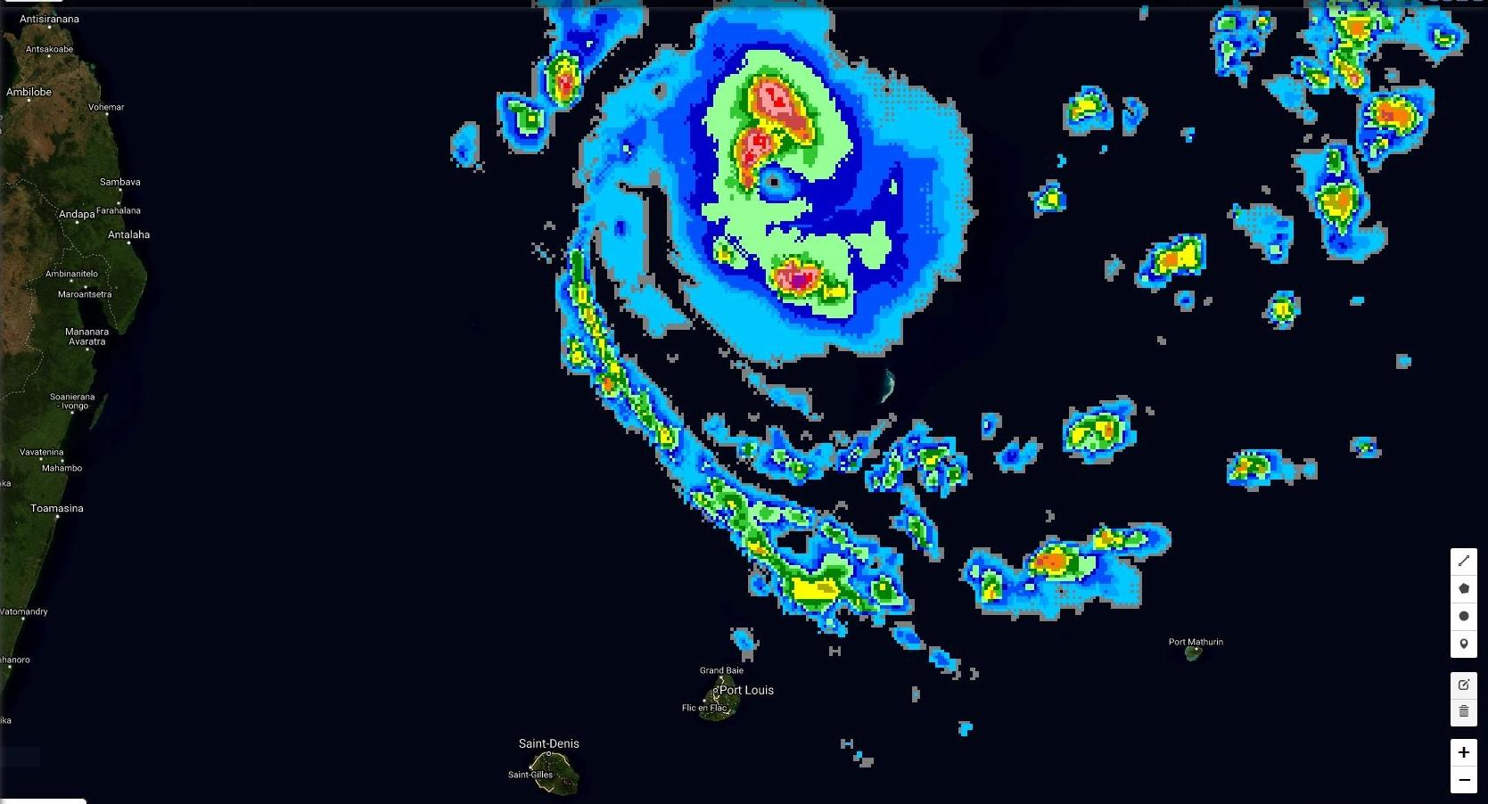 Cliquez sur l'image.L'oeil du cyclone intense CILIDA est parfaitement visible. Image satellite à 04h30.