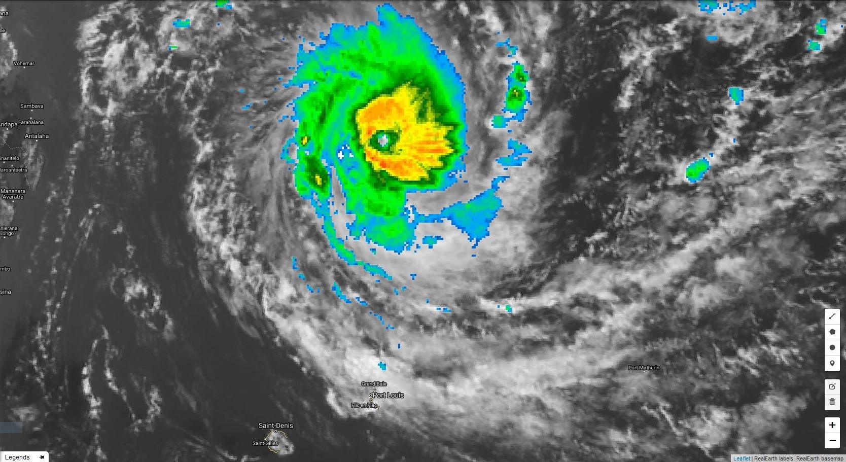 Cliquez sur l'image.CILIDA à 13h. Des bandes périphériques encore peu actives commencent à toucher Maurice. A la Réunion en dehors de quelques nuages il fait beau.