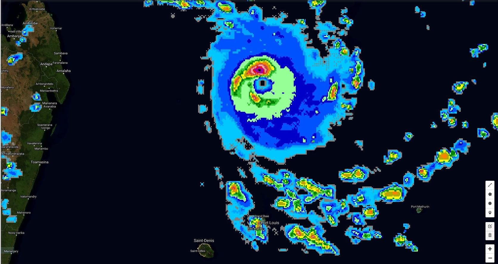 19h30. Le cyclone est symétrique.L'oeil est bien visible et ceinturé par de la convection intense à très intense. Des bandes périphériques affectent Maurice.