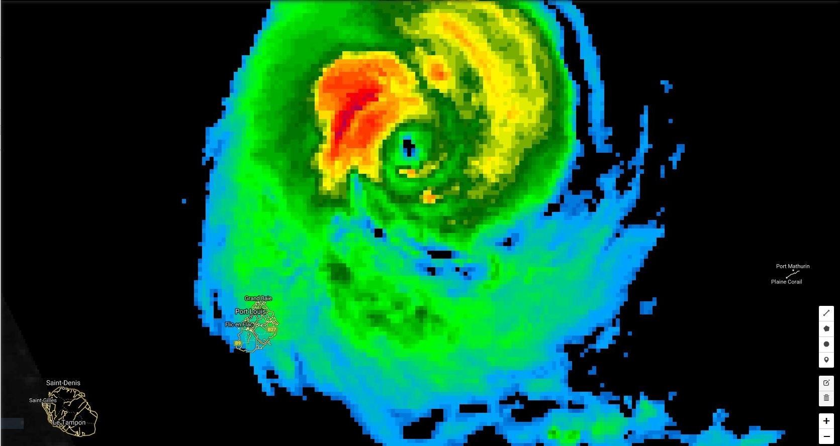 19h: les pluies et vents cycloniques(rouge et jaune) sont concentrés autour de l'oeil mais des bandes plus actives(vert) devraient toucher Maurice cette nuit.