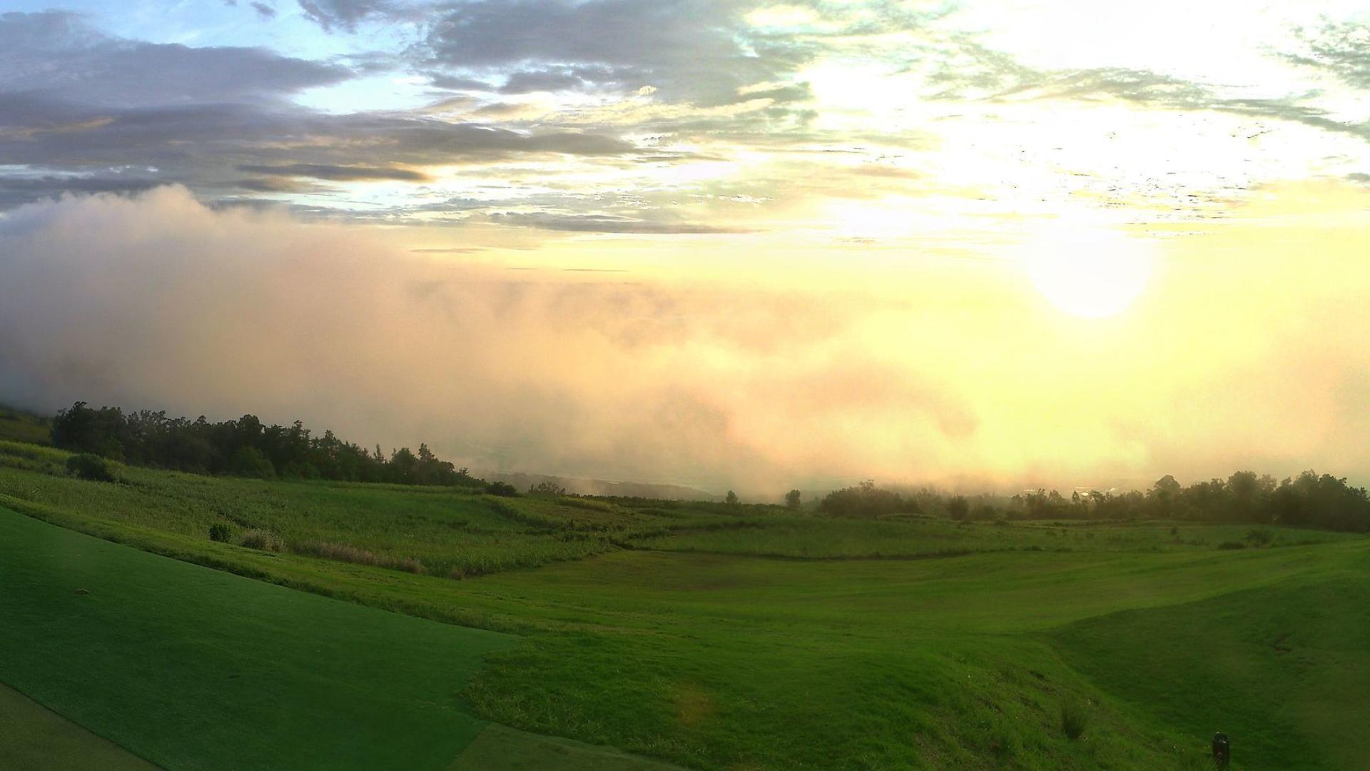 Cliquez sur l'image.Webcam du jour: Colimçaons dans les hauts de l'ouest de la Réunion. Après l'averse, juste avant le coucher du soleil alors que le brouillard tombe. Crédit http://www.meteo-reunion.com/